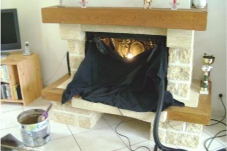 Christian Delouche - ramonage d'une cheminée : travail soigné - bâche de protection de la suie